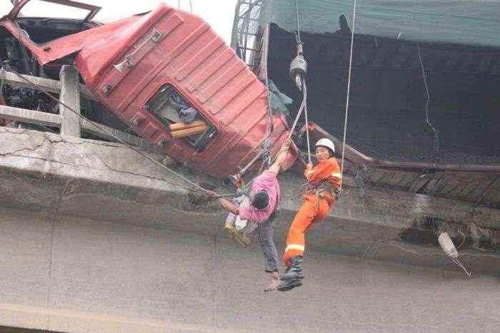 Водій вантажівки народився в сорочці (8 фото)