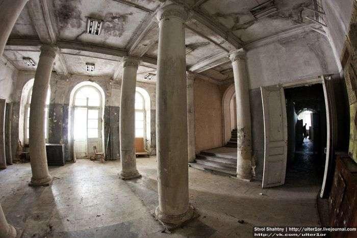 Покинутий царський палац (34 фото)
