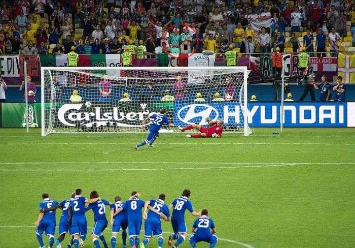 Відчайдушна спроба футбольного вболівальника відвернути воротаря (3 фото)