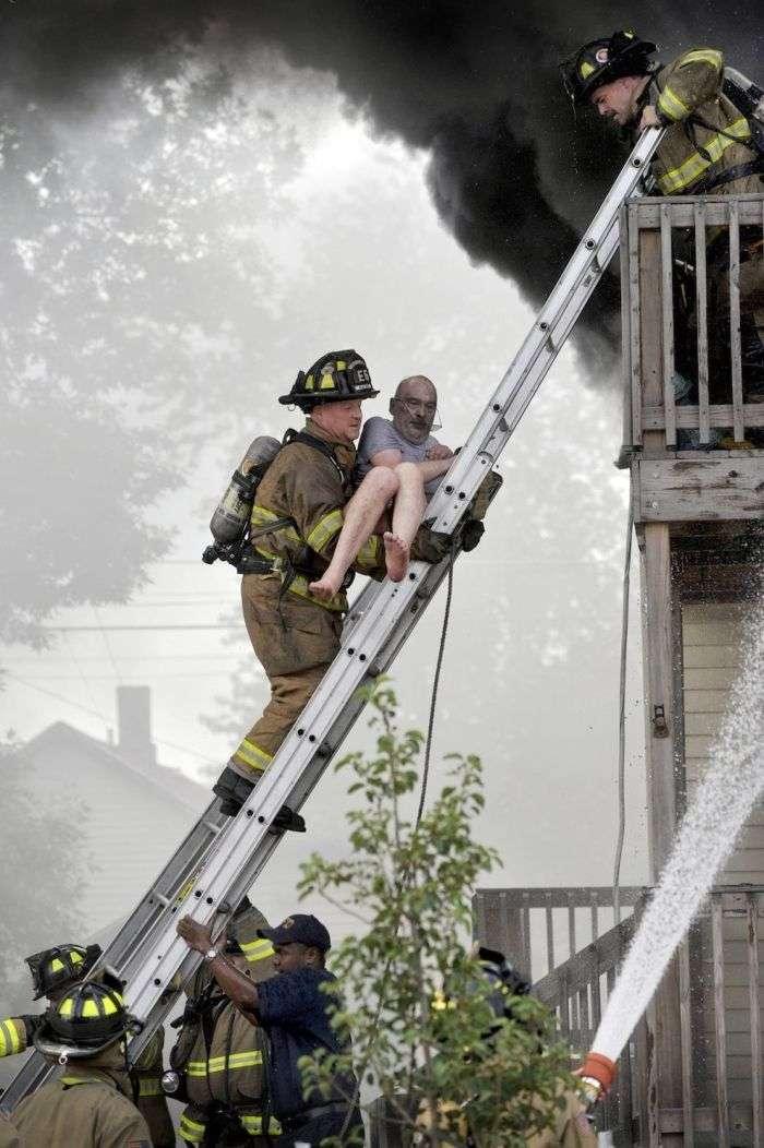 Кадри порятунку чоловіка з балкона палаючого будинку (5 фото)
