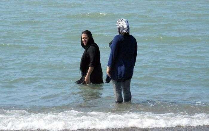 Жінки на пляжах Ірану (5 фото)