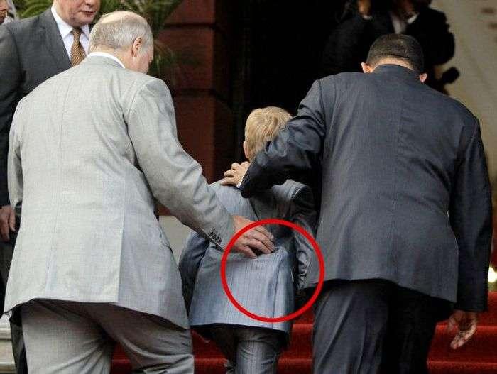 Коля Лукашенко ходить з пістолетом (4 фото)