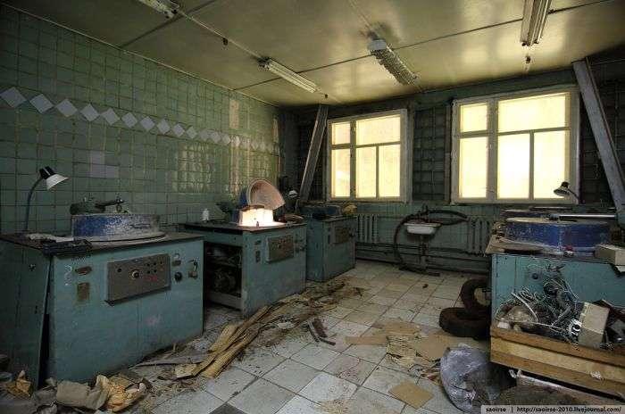 Занедбана будівля НДІ штучних мінералів (43 фото)