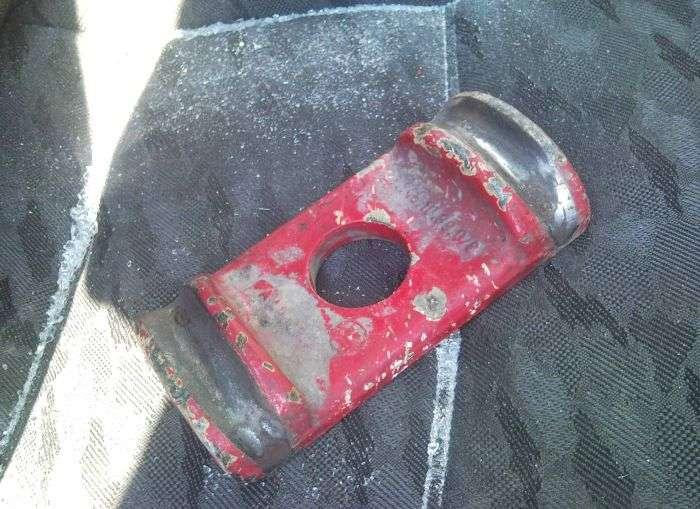 Невідомий предмет пробив лобове скло (7 фото)