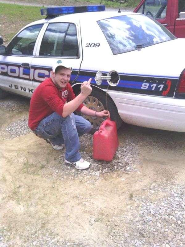 Злив бензин у поліцейських і отримав термін (2 фото)