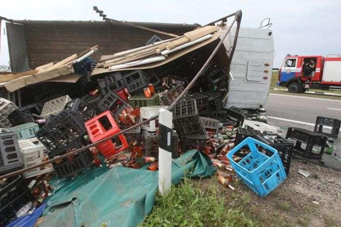 Пяний водій перекинув вантажівку з алкоголем (4 фото)