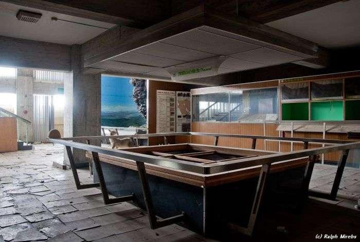 Покинутий музей вулканології в Японії (39 фото)