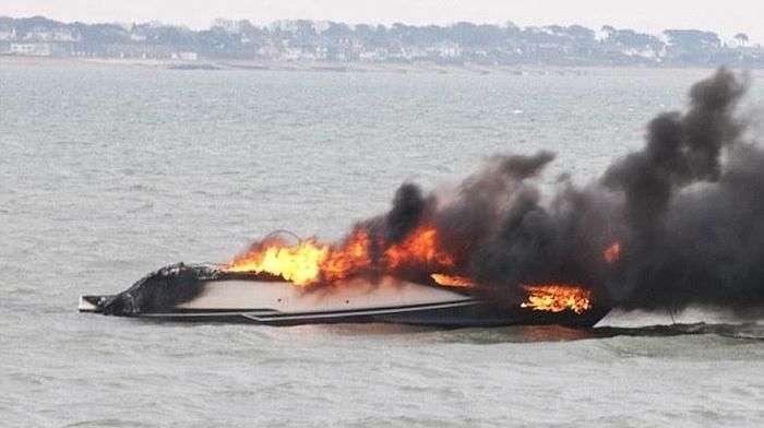 Дорога яхта згоріла дотла при першому спуску на воду (4 фото)