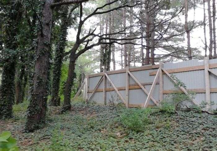 Навколо палацу Патріарха паркан продовжує зростати (9 фото)