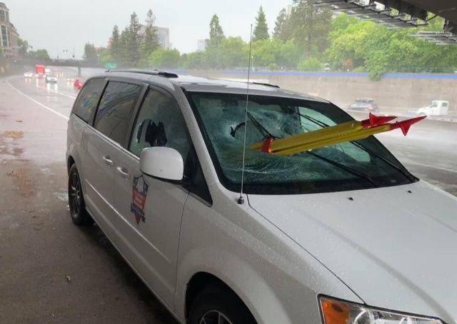 Подростки сбросили с моста геодезический штатив и попали в лобовуху Всячина