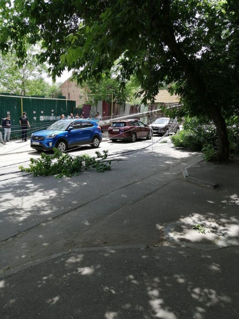 В Астрахани фонарные столбы по неизвестной причине рухнули на машины МиР