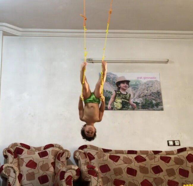 Двухлетний гимнаст покорил Инстаграм своими трюками   Интересное