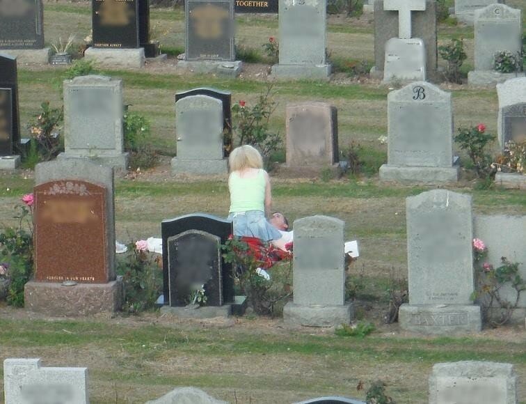 Самые странные вещи, которыми люди занимаются на кладбищах   Интересное