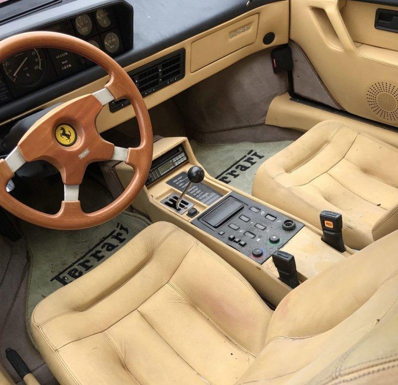 Частную коллекцию суперкаров Ferrari оставили гнить в поле Интересное