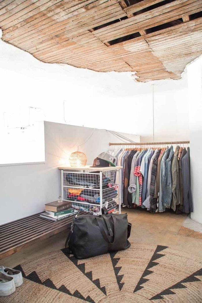 8 способов обустроить спальню без шкафов и гардеробной выдвижные ящики,комод,шкаф