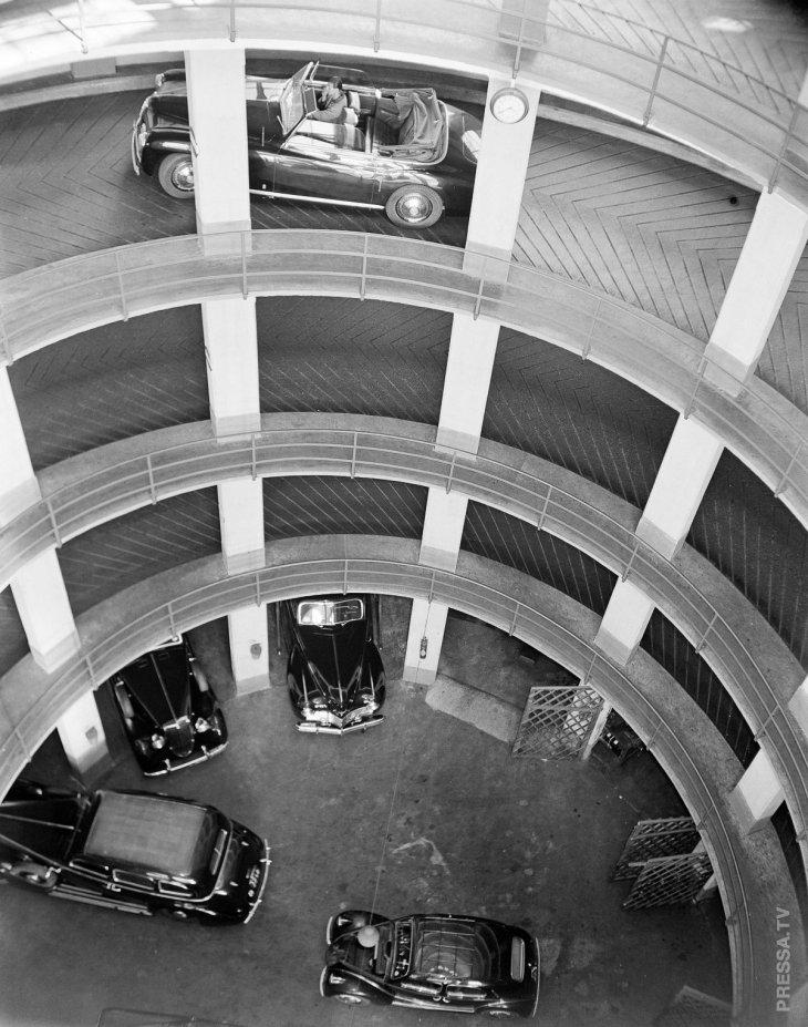 Экономия пространства: удивительные винтажные фотографии вертикальных парковок в 1920-х - 1950-е годах
