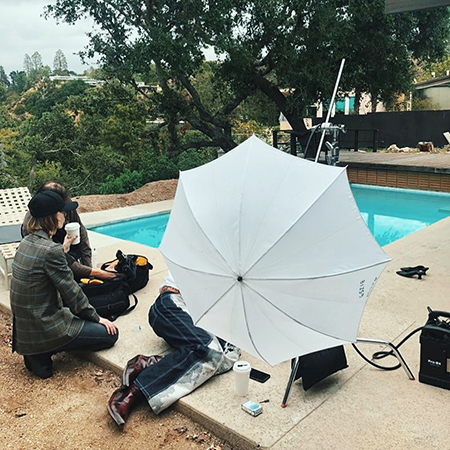 Бургеры, кофе и бассейн: Ирина Шейк на съемках в Лос-Анджелесе Фотосессии